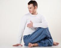 执行健康人摆在扭转瑜伽年轻人的脊椎 免版税库存照片