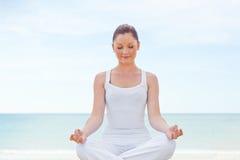 执行健康女子瑜伽的白种人 库存照片