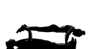 执行健身人一妇女锻炼的夫妇 免版税库存照片