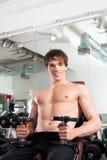执行健身体操人的杠铃 免版税库存图片