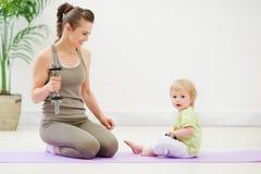 执行健身健康母亲的婴孩 免版税库存图片