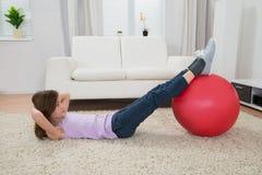 执行健身女孩的球 免版税库存照片