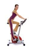 执行健身妇女的有吸引力的自行车 免版税库存照片