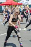 执行健身妇女年轻人 免版税库存图片
