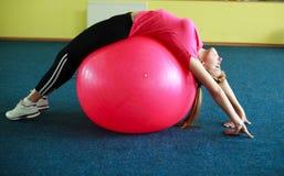 执行健身查出的白人妇女年轻人的球 库存图片