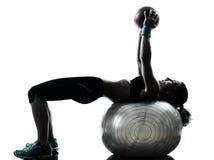 执行健身球锻炼的妇女 库存照片