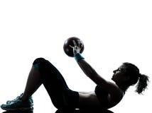 执行健身球锻炼的妇女 库存图片