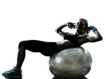 执行健身球锻炼的妇女 图库摄影