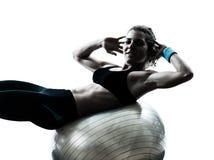 执行健身球锻炼的妇女 免版税库存图片