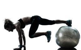 执行健身球锻炼的妇女 免版税图库摄影