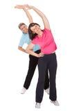 执行健身的有效的成熟夫妇 免版税库存图片