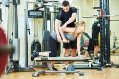 执行健身他的人反映培训水 个人教练员工作与妇女 库存图片