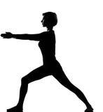 执行健身virabhadrasana女子瑜伽 免版税库存图片