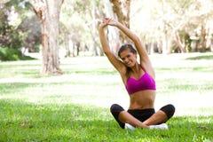 执行公园女子瑜伽年轻人 库存图片