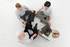 执行凝思瑜伽的businessteam 免版税图库摄影