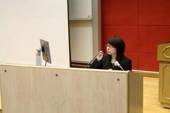 执行办公室介绍妇女的亚洲商业 库存照片