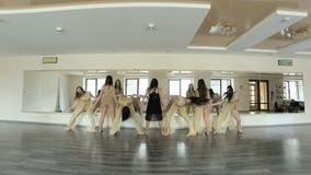 执行和实践舞蹈的一个当代,现代形式舞蹈家 股票视频