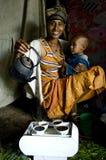执行咖啡仪式的非洲妇女 免版税库存图片