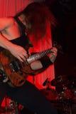 执行在一个生活摇滚乐音乐会的男性吉他弹奏者 免版税库存图片
