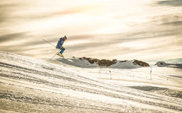 执行在下坡乘驾的专业滑雪者杂技跃迁 库存图片