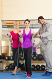 执行在与培训人的体操方面的少妇 免版税图库摄影