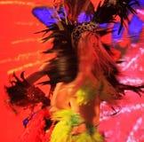 执行在世界杯奖杯游览的巴西桑巴舞蹈家 免版税图库摄影