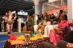执行在位2014年,国际旅游业交换的印地安舞蹈家在米兰,意大利 库存照片