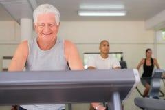 执行在健康俱乐部的老人 免版税库存图片