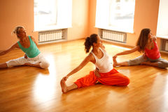 执行在健身俱乐部的瑜伽 免版税库存图片
