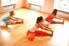 执行在健身俱乐部的瑜伽 免版税库存照片