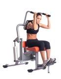 执行在健身房设备的运动的妇女执行 免版税图库摄影
