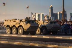 执行在卡塔尔国庆节游行多哈,卡塔尔的军用和民用车 免版税库存图片