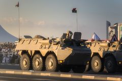 执行在卡塔尔国庆节游行多哈,卡塔尔的军用和民用车 库存图片