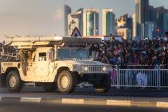 执行在卡塔尔国庆节游行多哈,卡塔尔的军用和民用车 免版税库存照片