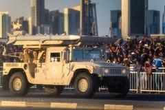 执行在卡塔尔国庆节游行多哈,卡塔尔的军用和民用车 库存照片