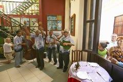 执行在哈瓦那旧城,古巴餐馆的古巴音乐家  免版税库存图片