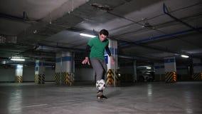 执行在地下停车处的年轻人职业橄榄球把戏 股票视频