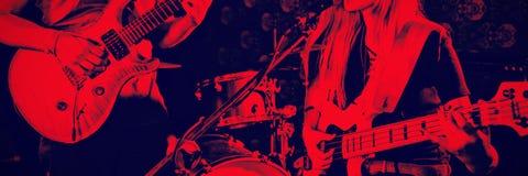 执行在夜总会的吉他弹奏者 库存照片