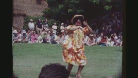 执行在大量观众前面的Hula舞蹈家 股票视频