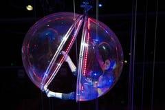 执行在巴克莱中心的球形的女性柔术表演者为 库存照片