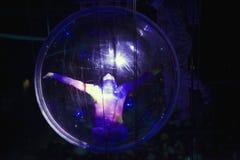 执行在巴克莱中心的球形的女性柔术表演者为 库存图片