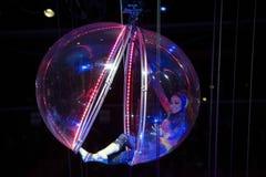 执行在巴克莱中心的球形的女性柔术表演者为 免版税库存图片
