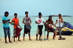 执行在斯里兰卡的地方海滩带 免版税库存图片