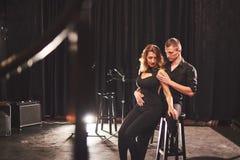 执行在暗室的纯熟舞蹈家在光下 库存照片