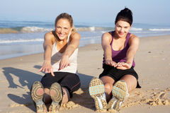 执行在海滩的二名妇女 库存图片