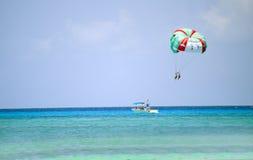 执行在海滩的组朋友watersports 免版税库存图片