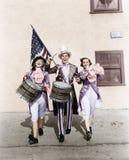 执行在游行的游行乐队与一面美国国旗(所有人被描述不更长生存,并且庄园不存在 补助 免版税库存图片