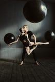 执行在演播室的高兴宜人的跳芭蕾舞者 免版税库存图片