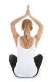 执行在白人妇女瑜伽的背景 免版税库存照片