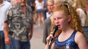 执行在百老汇的年轻歌手和街道音乐家在纳稀威-纳稀威,美国- 2019年6月16日 股票录像